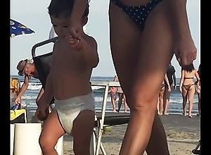 Milf deliciosa na praia