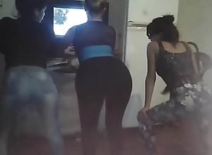 Mami ense&ntilde_ando a bailar a sus hijas