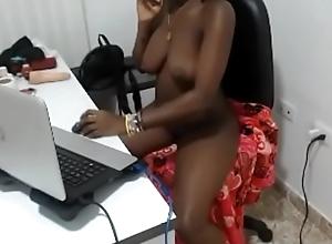 negra habla por celular mientras se desnuda