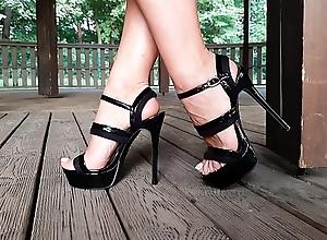 Hawt girl with perfect feet