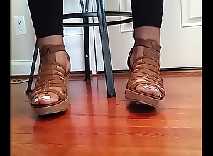 BLL CD SHOW OF PRETTY FEET IN WEDGES