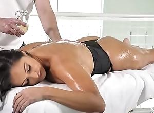 Massagem na morena linda