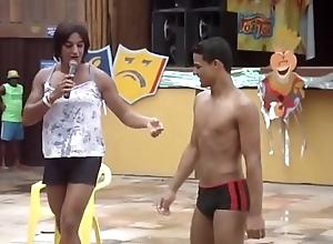 Moreno dan&ccedil_ando de sunga