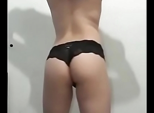 Travesti tirando a roupa