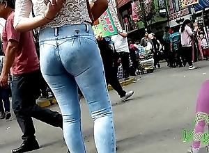 Flaquita chola en jeans tubera