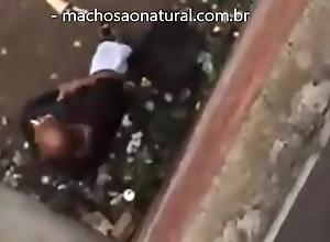 Pegou  no flagra estranho punhetando no quintal de casa - machosaonatural.com.br