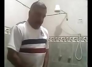Indomitable se punhetando no banheiro