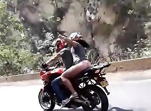 chica caliente en carretera