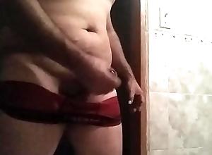 Masturbandome en el ba&ntilde_o antes de ir a dormir underwood unos torpedo cortos pegados  buena verga muy jugosa y gordita