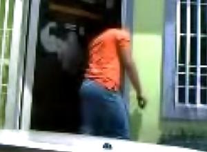 Mira un joven en la calle y contempla su culito, m&aacute_s tarde le paga por sexo
