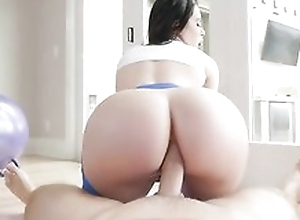 Bootylicious brunette in yoga panties gets sodomized