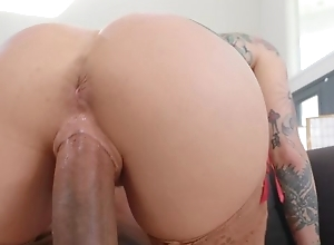 Tattooed pornstar debilitating stockings bonks black dude exposed to the siamoise