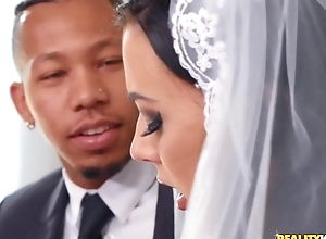 Unabashed bride rubs her clit during interracial anal