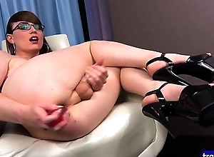 Spex lady-boy dildoing will not hear of close-fisted asshole